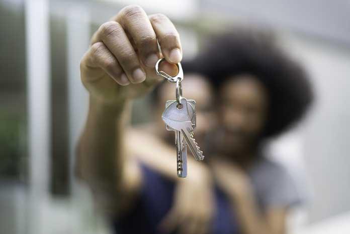 casal segurando chaves