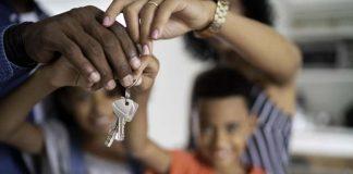 Familia com chaves de casa